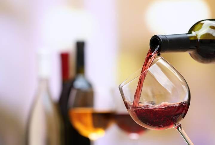 Chi assaggia il vino secondo il galateo?