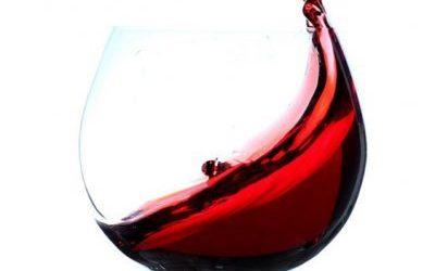 Roteare il vino nel bicchiere, perché si fa?